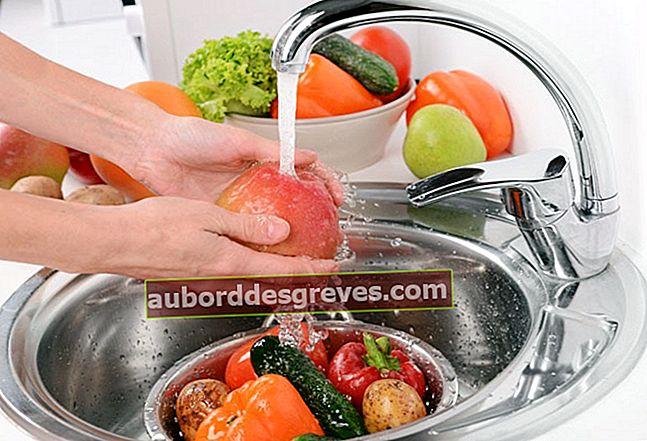 식초를 사용하여 가공 된 과일과 채소를 청소하십시오.